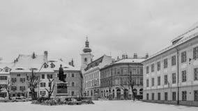 Vue à la partie historique de Sibiu pendant la neige Image stock