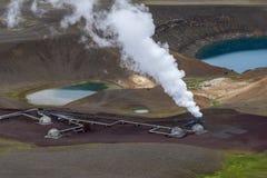 Vue à la pile de vapeur et aux parties actives de la centrale géothermique de Krafla prochaine par le cratère de volcan avec le l photographie stock