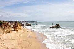 Vue à la plage du DA Rocha de Praia au Portugal Image libre de droits
