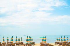 Vue à la plage sablonneuse de la Mer Adriatique en Albanie, pleine aériens des parapluies et des lits pliants, port de Durres dan images libres de droits