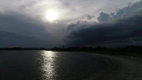 Vue à la région de Sheepsheadbay à Brooklyn, NY du bourdon avec les nuages efficaces au temps de coucher du soleil à New York banque de vidéos