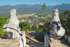 Vue à la rayure d'aéroport et à la ville de Mae Hong Son, Thaïlande Photos stock