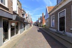 Vue à la rue d'achats en village de Den Burg sur l'île du wadden images stock