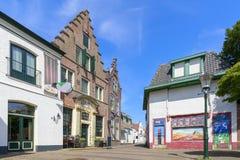 Vue à la rue d'achats en village de Den Burg sur l'île du wadden photos stock