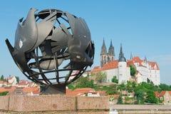 Vue à la sculpture en paix avec le château d'Albrechtsburg et à la cathédrale de Meissen au fond dans Meissen, Allemagne Image stock