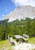 Vue à la table de picknick près d'Ehrwalder Almsee avec le paysage de montagne, le Tirol Photo libre de droits
