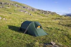 Vue à la tente dans le paysage large Photos libres de droits