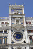 Vue à la tour d'horloge dans Piazza San Marco image libre de droits