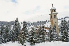 Vue à la tour de cloche inclinante dans la station touristique de ski de St Moritz, Suisse Photos libres de droits