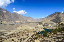 Vue à la vallée avec les étangs bleus et les lacs entourés par le bâti Photographie stock