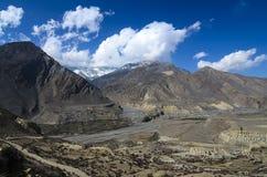 Vue à la vallée avec les étangs bleus et les lacs entourés par le bâti Images libres de droits