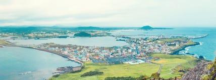 Vue à la vallée à partir du dessus même de la montagne célèbre de Seongsan un jour venteux au rivage de l'île de Jeju - Corée du  image stock