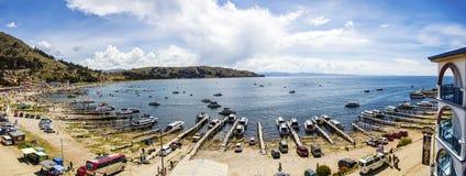 Vue à la ville Copacabana sur le lac Titicaca en Bolivie photos libres de droits