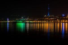 Vue à la ville de Bakou de nuit photos stock