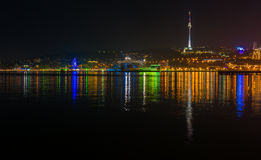Vue à la ville de Bakou de nuit images libres de droits