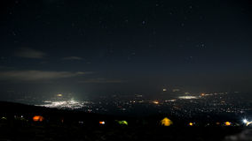 Vue à la ville de Moshi du terrain de camping de montagnes dans la nuit Photos libres de droits