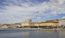 Vue à la ville de Rijeka de port Photographie stock
