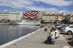 Vue à la ville de Rijeka de promenade de port photographie stock