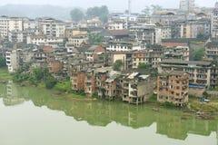 Vue à la ville de Rongshui dans Guangxi à travers la rivière dans Rongshui, Chine Image libre de droits