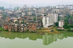 Vue à la ville de Rongshui dans Guangxi à travers la rivière dans Rongshui, Chine photographie stock libre de droits