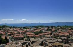 Vue à la ville italienne Bolsena Photographie stock libre de droits