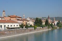 Vue à la ville italienne Vérone du fleuve Adige Images libres de droits