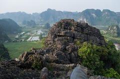 Vue à partir de dessus de Bich Dong Pagoda avec le paysage de pierre de chaux, Vietnam images stock