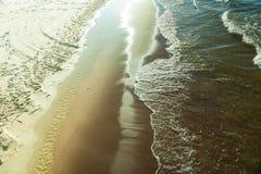 Vue à partir de dessus sur l'eau et la plage de mer Photo stock