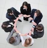 Vue à partir du dessus équipe d'affaires se tenant en cercle Photographie stock libre de droits