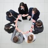 Vue à partir du dessus équipe d'affaires se tenant en cercle Photo stock