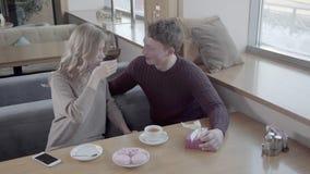Vue à partir du dessus : couples célébrant le jour du ` s de Valentine clips vidéos