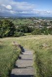Vue à partir du dessus du massif de roche de Glastonbury donnant sur la ville de Glastonbury dedans Images stock