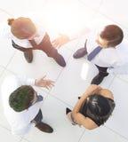 Vue à partir du dessus le fond d'image d'une équipe d'affaires discutant des problématiques de l'entreprise Photographie stock