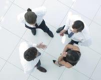 Vue à partir du dessus le fond d'image d'une équipe d'affaires discutant des problématiques de l'entreprise Image stock