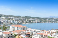 Vue à partir du dessus vers la ville grecque et l'océan Images libres de droits