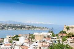 Vue à partir du dessus vers la ville grecque et l'océan Photos stock