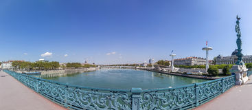 Vue à Rriver le Rhône et horizon de Lyon Images libres de droits