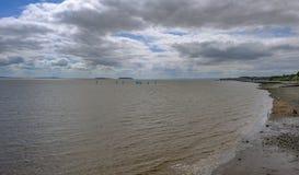Vue à travers en Angleterre de pilier de Penarth avec des bateaux à voile Image libre de droits