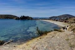 Vue à travers l'isla de La del Sol avec l'eau et le lac T de ciel bleu d'arbres photographie stock libre de droits