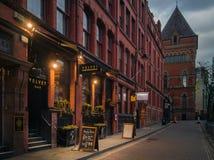 Vue à travers la barre, l'hôtel et le restaurant de velours Photographie stock libre de droits