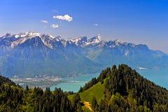 Vue à travers la laque Leman sur les Alpes français image stock