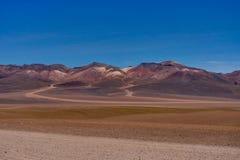 Vue à travers le désert Salar de Uyuni de Dali Mountains Altiplano Peru photos libres de droits