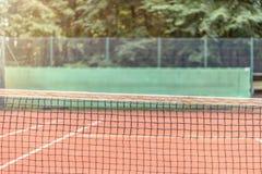 Vue à travers le filet sur un court de tennis Photographie stock