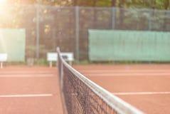 Vue à travers le filet sur un court de tennis Photos libres de droits