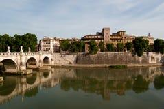 Vue à travers le fleuve Tiber photographie stock