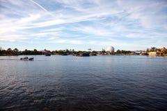 Vue à travers le lac d'EPCOT photos stock