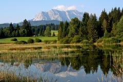 Vue à travers le lac Tennsee vers les Alpes allemands Image stock