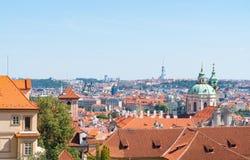 Vue à travers les dessus de toit oranges des bâtiments de Prague et de ville dessous Photo libre de droits