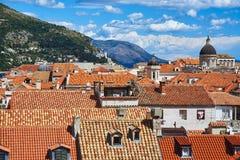 Vue à travers les toits rouges de Dubrovnik image stock