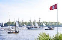 Vue à un défilé de bateau avec le drapeau de Hambourg dans le premier plan photos libres de droits